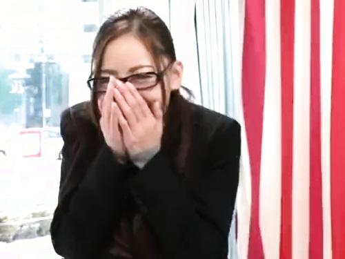 【素人ナンパ】スレンダーOLの盗撮フェラ