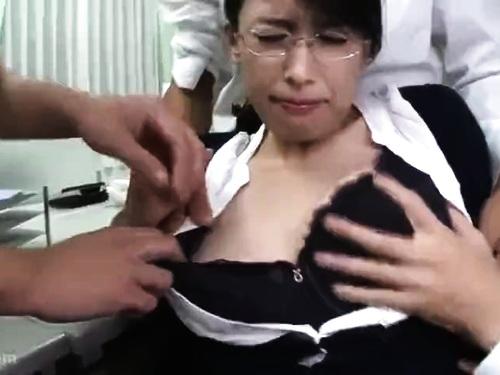 スレンダー熟女の無理やりエロ動画