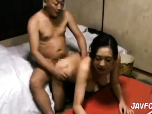 巨乳熟女のベロチューエロ動画